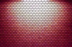 有聚光灯的红砖墙壁 库存照片
