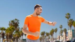 有聪明的手表或健身跟踪仪的人 免版税库存照片