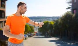 有聪明的手表或健身跟踪仪的人 免版税库存图片