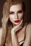 有肉欲的嘴唇的美丽的性感的白肤金发的女孩,时尚头发,妖术钉子 秀丽表面 库存照片