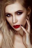 有肉欲的嘴唇的美丽的性感的白肤金发的女孩,时尚头发,妖术钉子 秀丽表面 免版税图库摄影