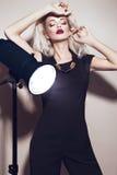 有肉欲的嘴唇的美丽的性感的白肤金发的女孩 图库摄影