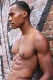有肌肉男性肉欲的露胸部的身体的一个惊人的非洲人与强冷却6组装胃肠和运动胸口 免版税库存图片