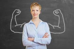 有肌肉的坚强的女商人 免版税库存图片