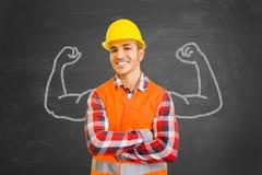 有肌肉的自信建筑工人画与白垩 免版税库存图片
