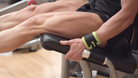有肌肉腿的人运动员解决在健身房腿卷毛教练员的特写镜头观点的 股票录像