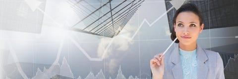 有股市箭头和天空刮板转折的想法的女实业家 免版税库存照片