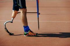 有肢体损失腿投掷标枪的运动员 免版税库存照片