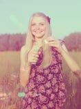 有肥皂泡的微笑的女孩 免版税库存照片