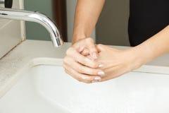 有肥皂的洗涤的手 免版税库存照片