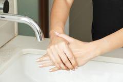 有肥皂的洗涤的手 免版税库存图片
