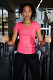有肥满肉欲的嘴唇的苗条女孩在健身中心的做胃肠锻炼 库存图片