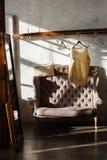 有肩膀机架和沙发的化装室 现代内部的顶楼 库存照片