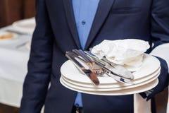 有肮脏的叉子和板材的侍者 库存照片