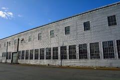 有肮脏的打破的玻璃的老工厂 免版税库存图片