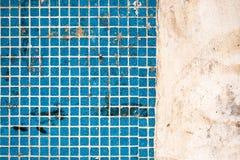 有肮脏的斑点的老被风化的方形的瓦片在大厦墙壁上 与拷贝空间的抽象织地不很细背景 的设计的模板 免版税库存照片