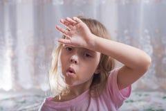 有肮脏的袖子的愉快的小女孩在面粉 库存照片