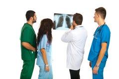 有肺X-射线的放射学家 免版税库存图片
