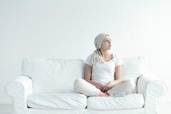 有肿瘤冥想的女孩 免版税图库摄影