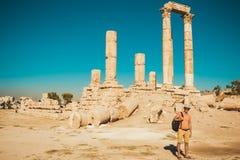 有背包参观和探索历史的吸引力的时髦的男性游人 人享受暑假 观光旅游 旅游业我 库存图片