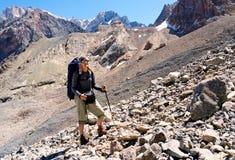 有背包和山全景的游人 库存照片