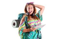 有背包和片剂的旅行的女孩 免版税库存照片