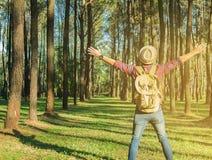 有背包开放胳膊放松的年轻人旅客室外在ba 免版税库存照片