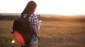 有背包查寻位置航海的行家远足者剪影女孩走的流浪汉在手机智能手机 影视素材