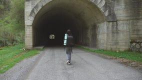 有背包步行的旅客妇女单独在道路隧道在路 影视素材
