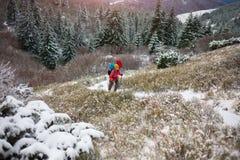 有背包的两名妇女在山在冬天 免版税库存照片