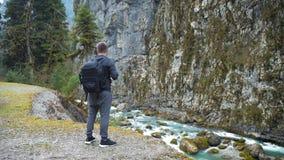 有背包的人旅游徒步旅行者享受风景看法山河风景的 看旅行的徒步旅行者  旅行,人们 股票录像