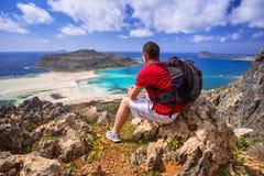 有背包的人观看美丽的Balos海滩的 免版税库存图片