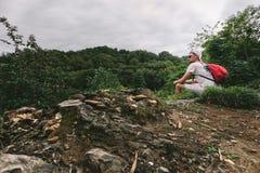 有背包的人走在森林里的 免版税库存照片