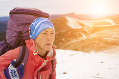 有背包的女孩在一座高山的上面上升 库存图片