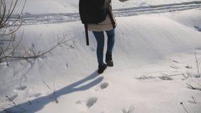 有背包的女孩在多雪的森林妇女走去,并且离开在雪追踪 33c 1月横向俄国温度ural冬天 慢 影视素材