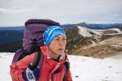有背包的女孩在山行迹去 免版税图库摄影