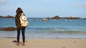 有背包的女孩在海滩 股票视频