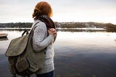 有背包的女孩旅客 免版税图库摄影