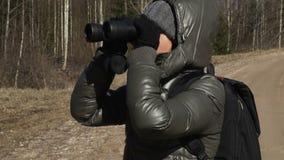 有背包的妇女徒步旅行者和双筒望远镜享受自然 股票录像