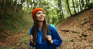 有背包的妇女走在森林里的 影视素材