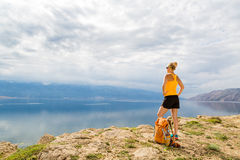 有背包的妇女远足者,远足在海边和山 库存照片
