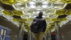 有背包的年轻人走在地铁的 r 走在背景的地铁的可爱的年轻人背面图  股票录像