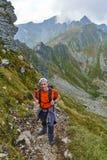 有背包的徒步旅行者在山 库存照片