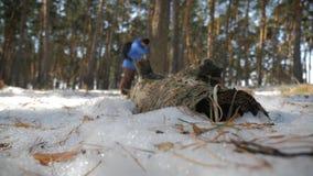 有背包的徒步旅行者走在杉木森林里的盖用深雪 冬天活动和休闲概念 股票录像
