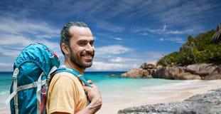 有背包的微笑的人在塞舌尔群岛 免版税库存照片