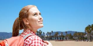 有背包的微笑的妇女在威尼斯海滩 库存图片