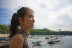有背包的愉快的亚裔中国妇女在暑假和假期旅行的海滩旅行旅游游览微笑的甜点 库存图片