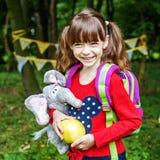 有背包的愉快的小女孩 正方形 概念回来t 库存图片