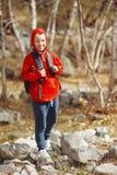 有背包的愉快的微笑的远足者男孩 免版税库存照片