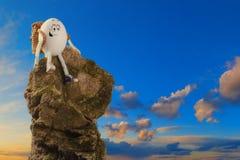 有背包的愉快的滑稽的复活节彩蛋远足者 免版税图库摄影